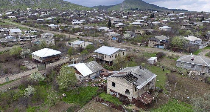 Casas destruidas en Nagorno Karabaj