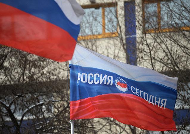 Bandera de Rusia con el logo de la agencia de noticias Rossiya Segodnya