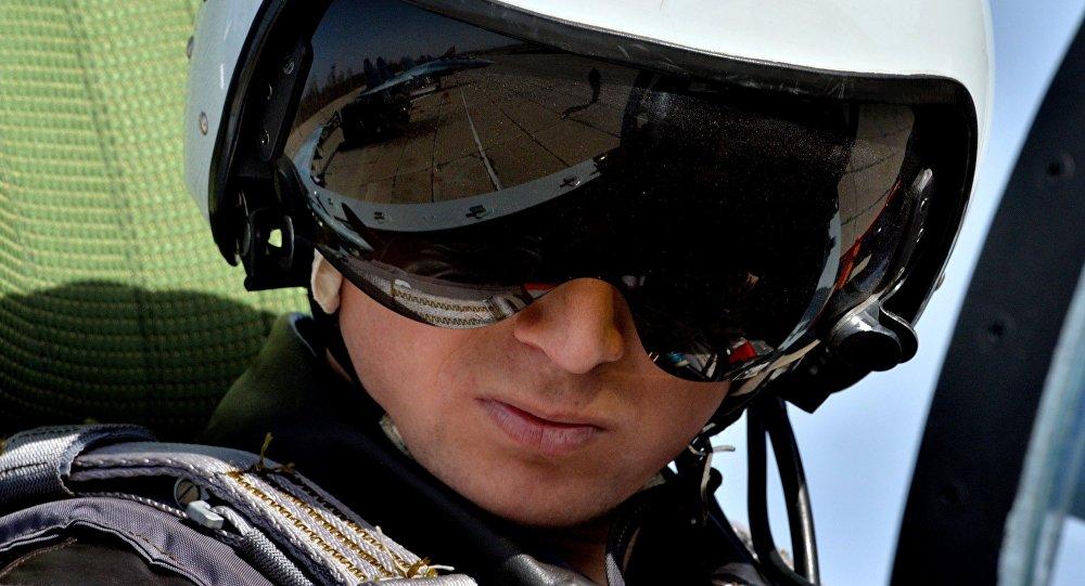 El casco de un piloto ruso
