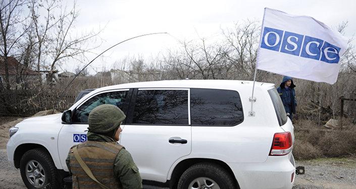 Carro de OSCE en Donbás