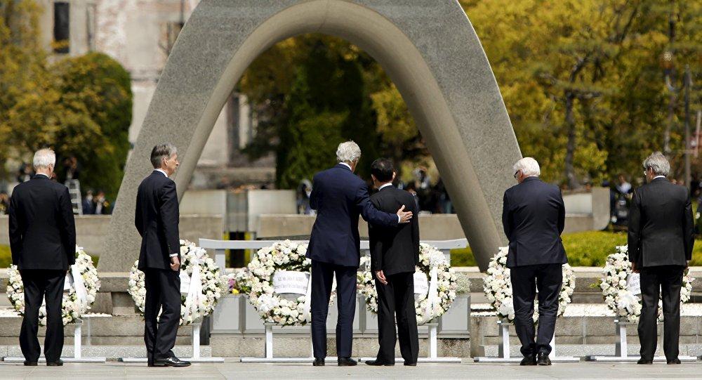 Secretario de Estado de EEUU, John Kerry, y su homologo nipón, Fumio Kishida, en el Parque Memorial de la Paz de Hiroshima