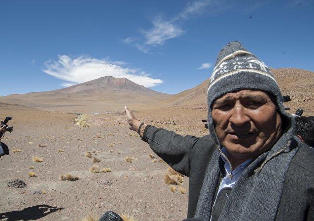 El presidente boliviano Evo Morales señala la ruta hacia Silala