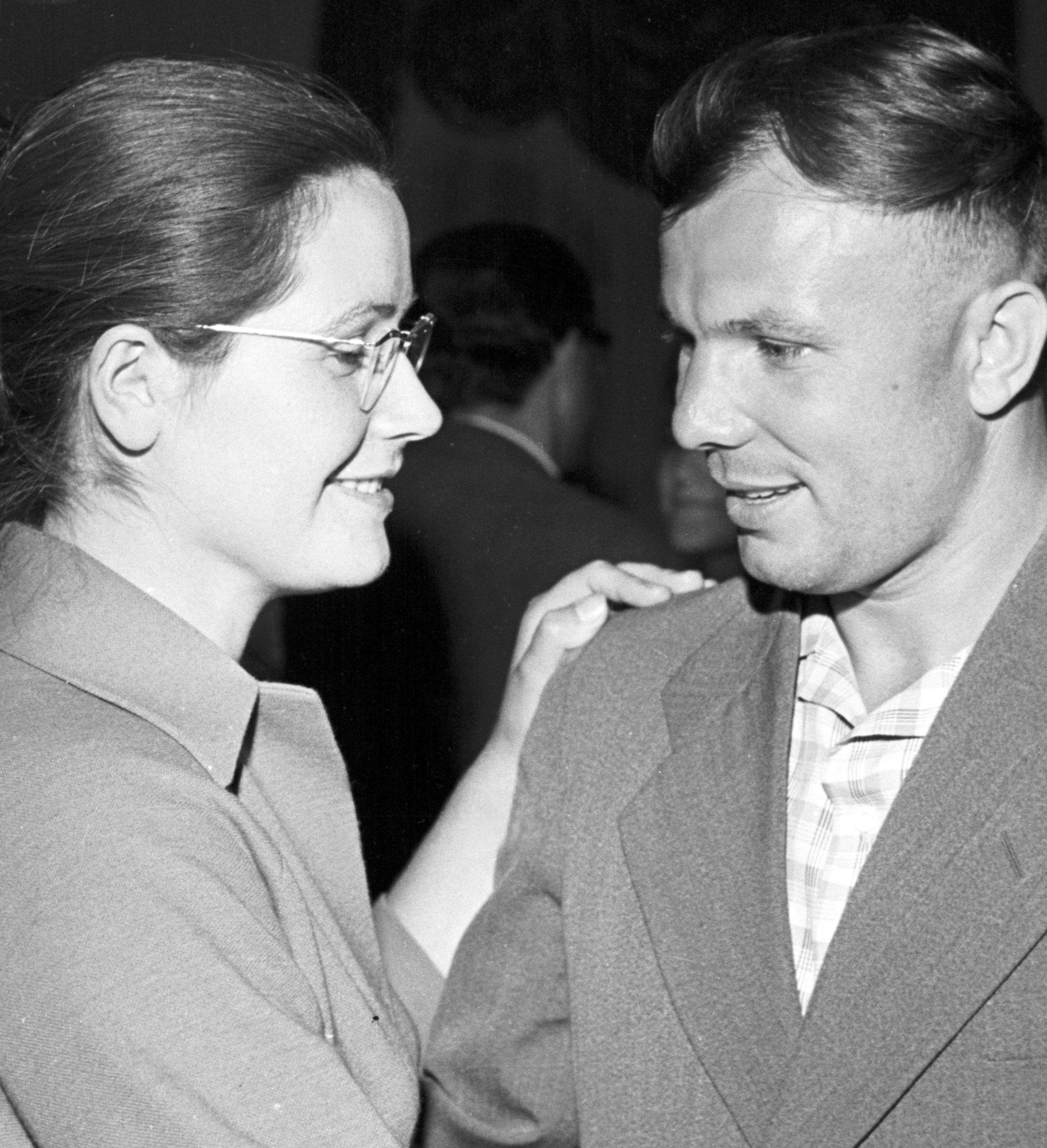 El cosmonauta soviético Yuri Gagarin y su esposa Valentina
