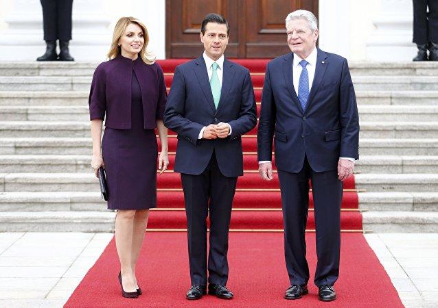 Presidente de México, Enrique Peña, con su esposa, Angélica Rivera, y presidente de Alemania, Joachim Gauck