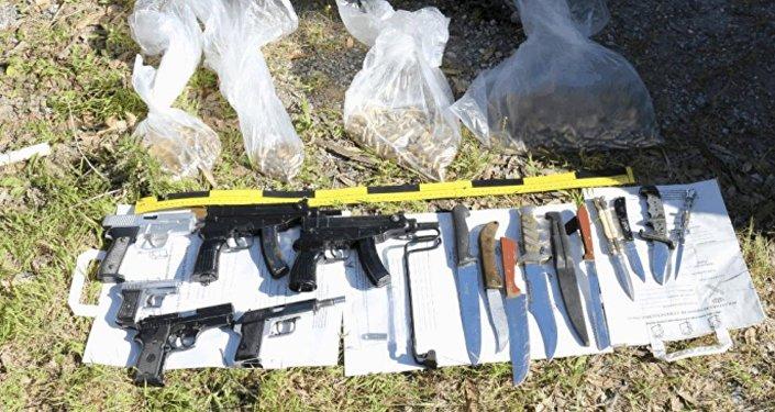 Las armas y la bandera de Daesh halladas por la policía en Ceuta, España