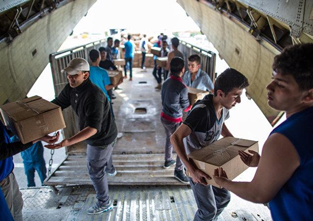 Descarga de la ayuda humanitaria rusa del avión (archivo)