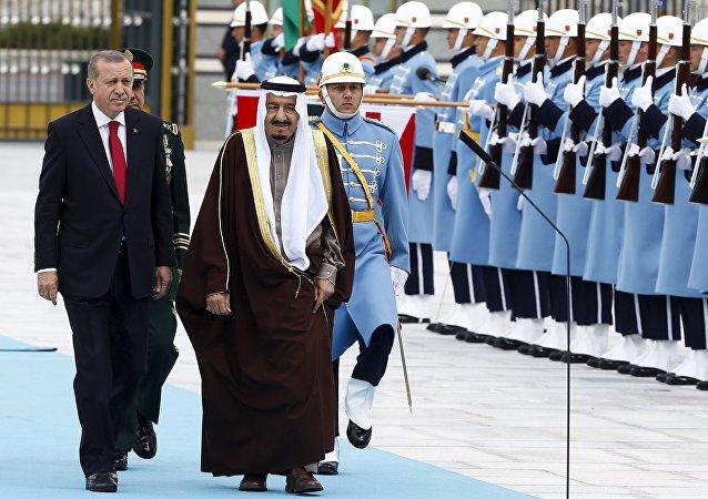 Presidente turco, Recep Tayyip Erdogan, y el rey saudí, Salman bin Abdulaziz al-Saud