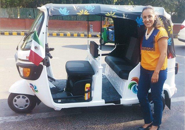 Melba Pría Olavarrieta, embajadora de México en la India y su coche