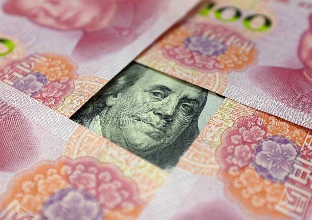 Yuanes y billete de un dólar