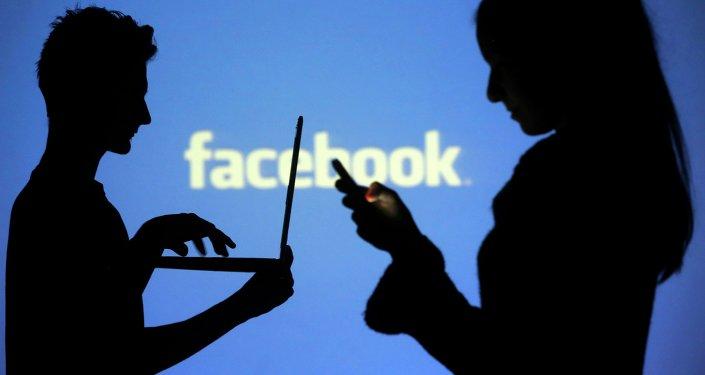 Siluetas de personas interactuando con dispositivos móviles
