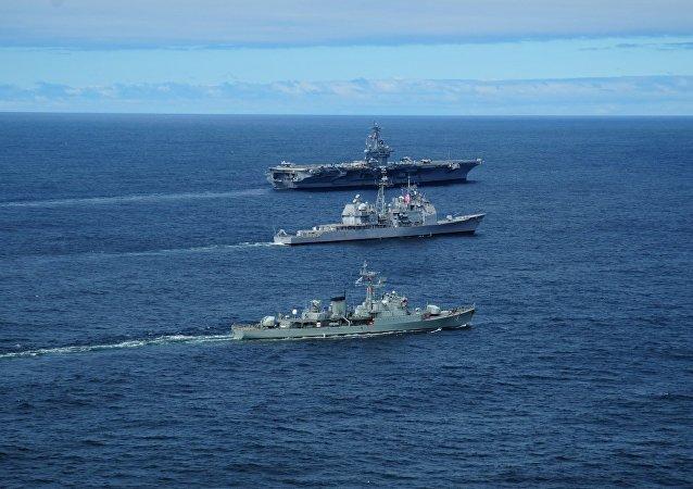 Maniobras conjuntas de las armadas uruguaya y estadounidense en la distancia de 50 millas acuáticas de la costa de  Punta del Este, año 2010.
