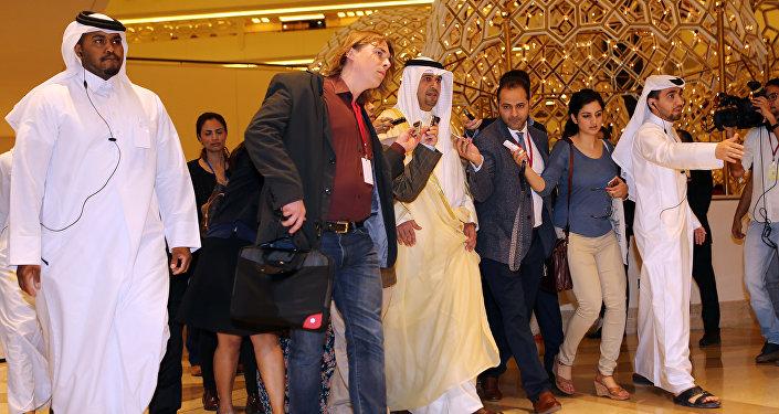 El ministro de Finanzas de Kuwait y el ministro de Ministro de Petróleo Anas al-Saleh arriban a la cumbre de la OPEP en Doha, El 17 de febrero del 2016