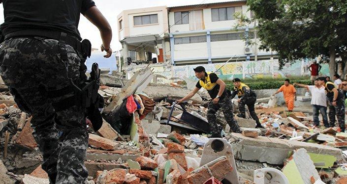 La Cruz Roja, los agentes de policía y militares realizan trabajos de rescate tras el terremoto en Ecuador