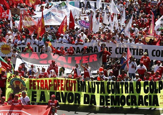 Los simpatizantes de la presidenta Dilma Rousseff durante las multitudinarias marchas en su apoyo
