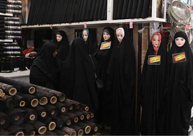 Mujeres iraníes en un mercado de la ciudad de Qom, al sur de Teherán