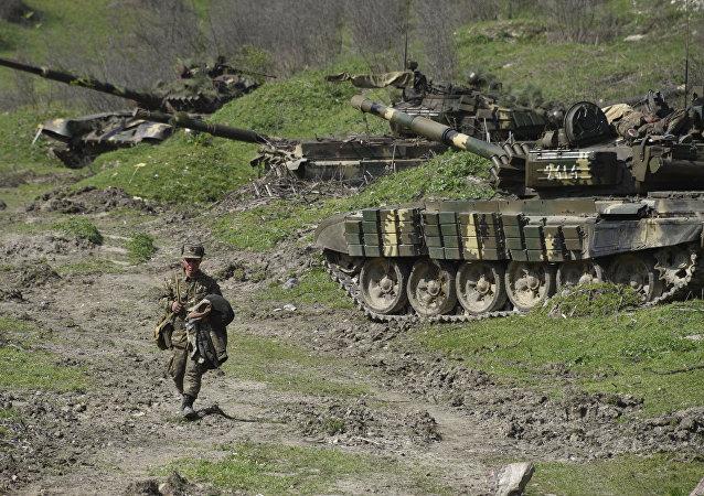 El soldado de Nagorny karabaja caminando al lado de lo tanques en inmediaciones de la aldea Mataghis