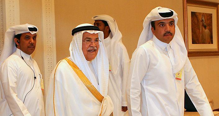 Ali al-Naimi, ministro de Recursos Petroleros y Minerales de Arabia Saudí en la reunión petrolera de Doha (dcha.)