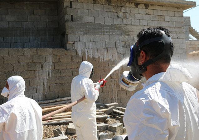Especialistas intentando eliminar restos de armas químicas