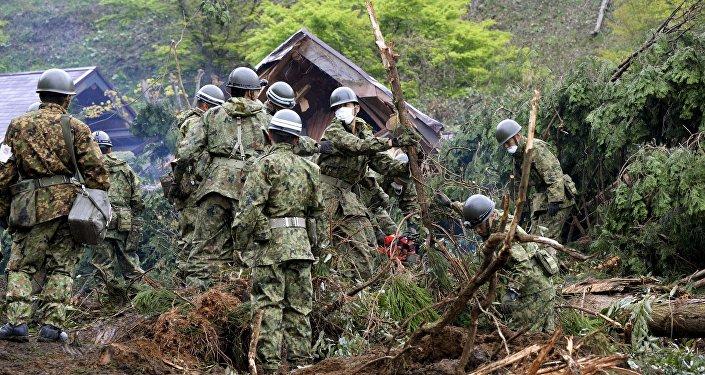 Soldados llevan a cabo operaciones de búsqueda y rescate en Kumamoto, Japón