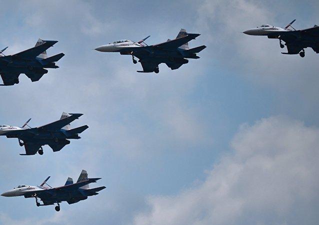 """El grupo de pilotaje """"Rúskiye Vítiazi"""" durante el entrenamiento conjunto de los grupos aéreos para el Desfile de la Victoria en el aeródromo militar de """"Kúbinka"""", en la región de Moscú."""