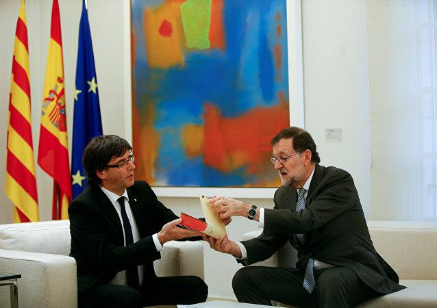 Carles Puigdemont, presidente de Cataluña, y Mariano Rajoy, presidente del Gobierno español (archivo)