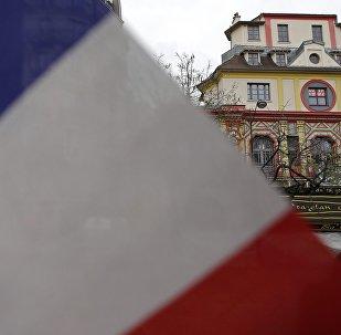 La bandera de Francia en frente del teatro Bataclán