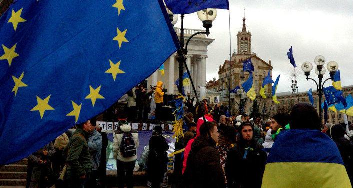 Las banderas de la UE y Ucrania