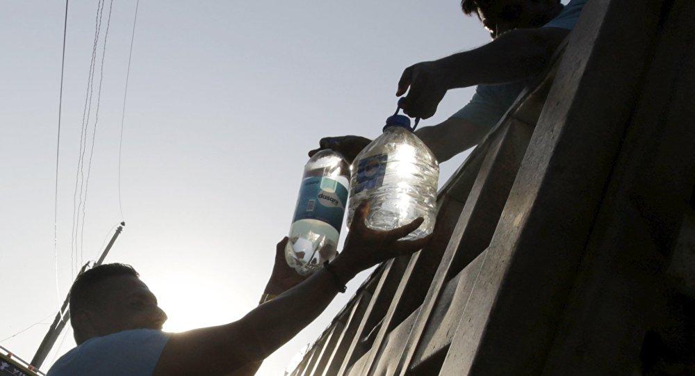 Donaciones de agua pura en la localidad ecuatoriana de Manta tras el terremoto