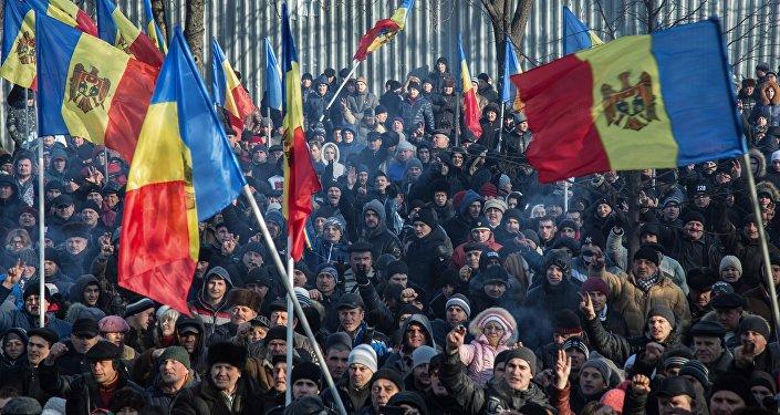 Los ciudadanos de Moldavia con las banderas del país (archivo)
