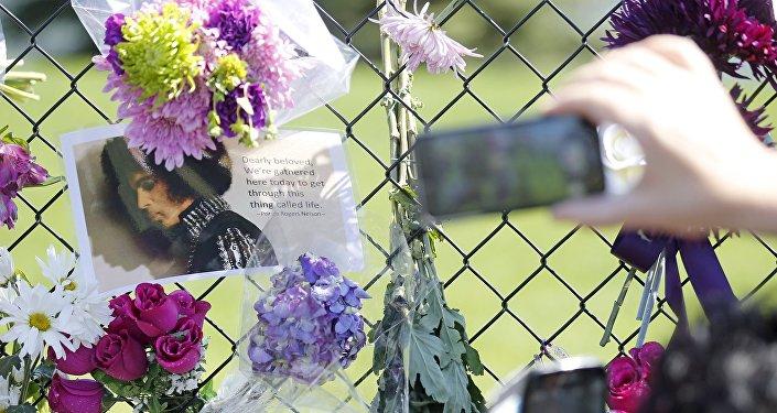 Memorial improvisado en homenaje al ícono del pop Prince en Minnesota