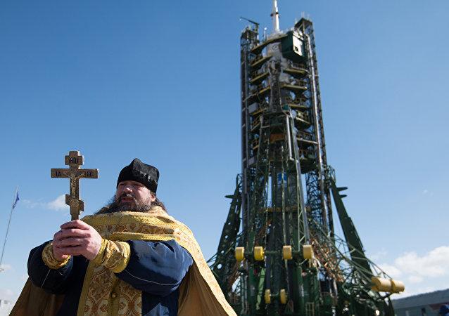 Un sacerdote ortodoxo durante la ceremonia de bendición del cohete-portador  Soyuz-FG en el cosmódromo de Baikonur
