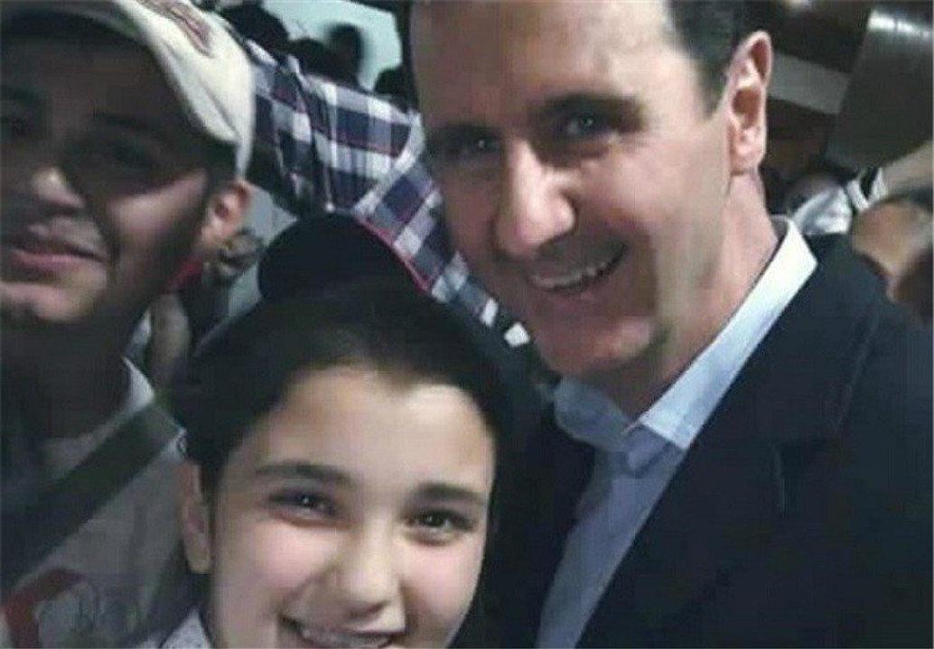 Una niña siria se hace un selfie con Bashar Asad