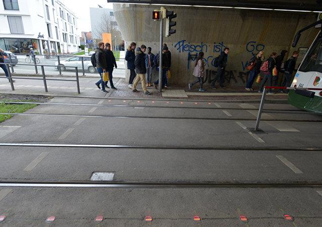 Semáforos para los adictos a los smartphones instalados en la calzada de la ciudad alemana Augsburgo