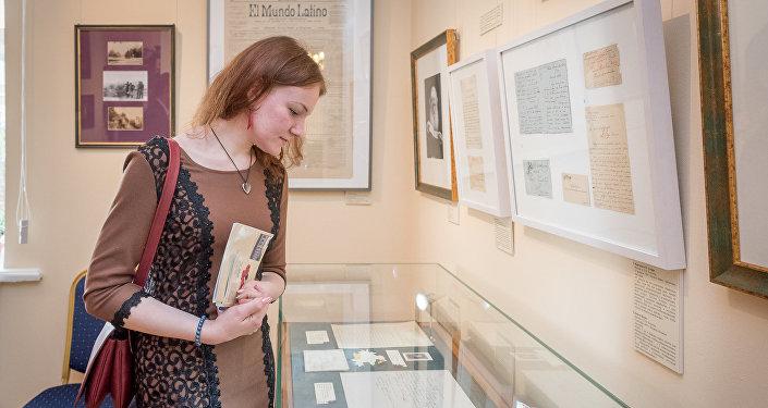 Visitante de la exposición 'León Tolstói y el mundo hispanohablante'