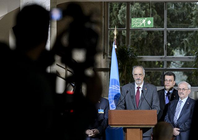 Jefe de la delegación del Gobierno sirio, Bashar Jaafari, habla durante las negociaciones en Ginebra (archivo)