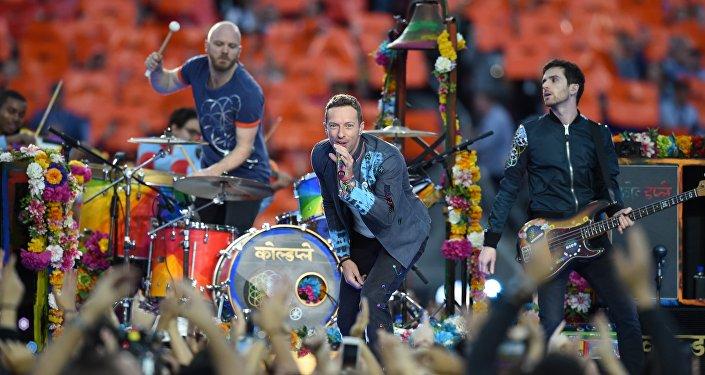 Coldplay sube al escenario a un fan en silla de ruedas