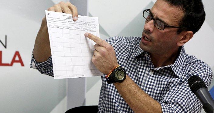 Henrique Capriles muestra la planilla para recolectar las firmas por el referendo contra Maduro