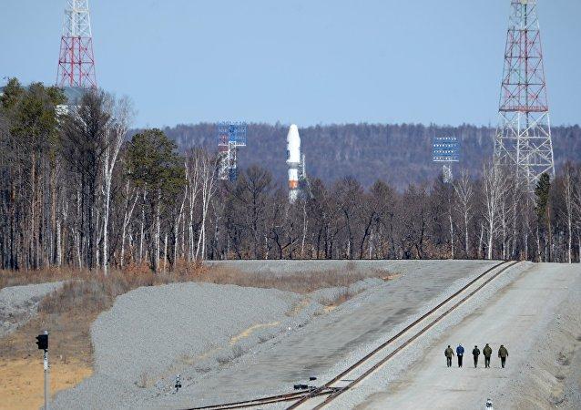 Cohete portador ruso Soyuz-2.1a en el cosmódromo ruso Vostochni