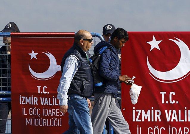 Un migrante acompañado por un policía turco (archivo)