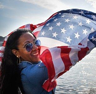 Cubana con la bandera de EEUU