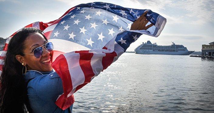 Una cubana alza la bandera estadounidense