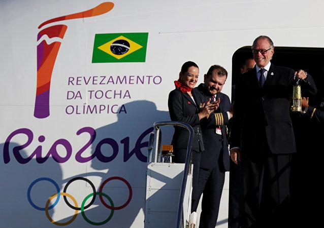 Carlos Nuzman, el presidente del Comité organizador de Río 2016, tiene en sus manos el fuego olímpico que llegó a Brasil