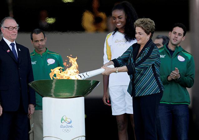 Presidenta de Brasil, Dilma Rousseff, con la antorcha olímpica
