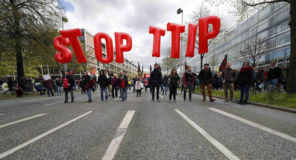 Protestas contra TTIP. Los manifestantes alzan el cartel Paren TTIP