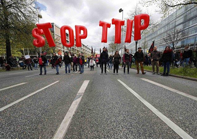 Protestas contra TTIP. Manifestantes alzan el cartel Paren TTIP