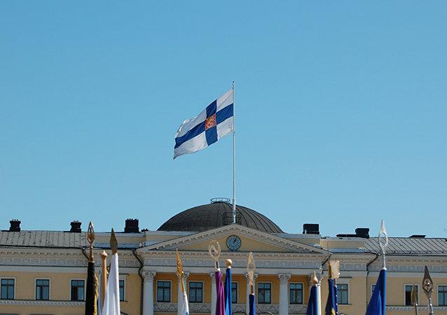 Bandera de Finlandia ondeando sobre el Palacio del Consejo de Estado en Helsinki