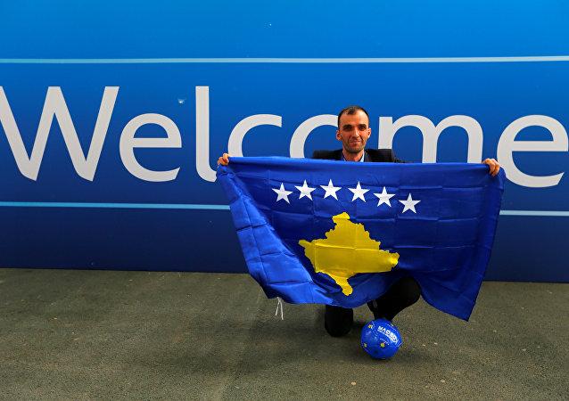 Un miembro del equipo de periodistas de Kosovo celebra el ingreso a la UEFA
