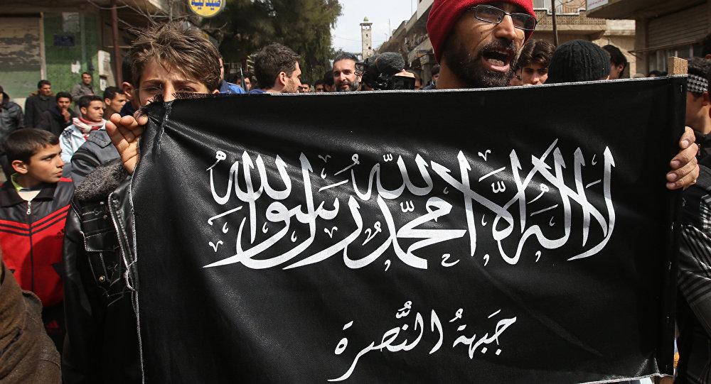 Rebeldes con la bandera de Frente Al Nusra