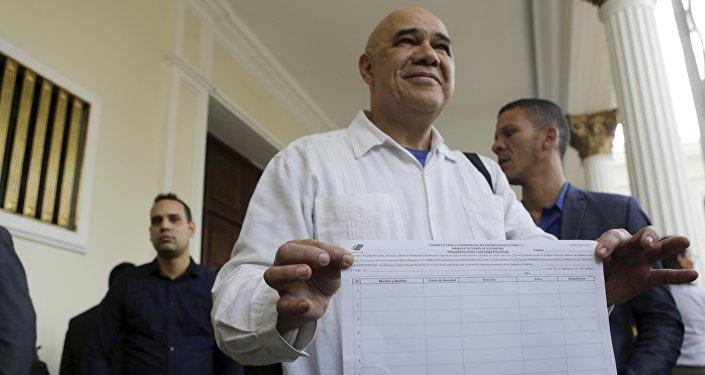 Jesús Torrealba con una planilla para recolectar firmas