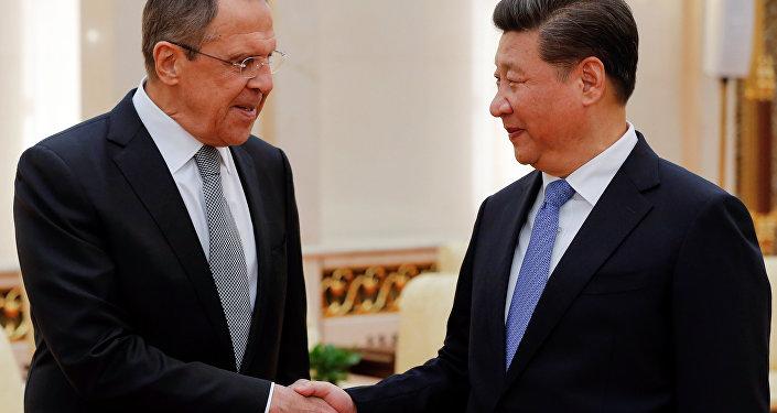 El canciller ruso Serguéi Lavrov y el presidente chino Xi Jinping